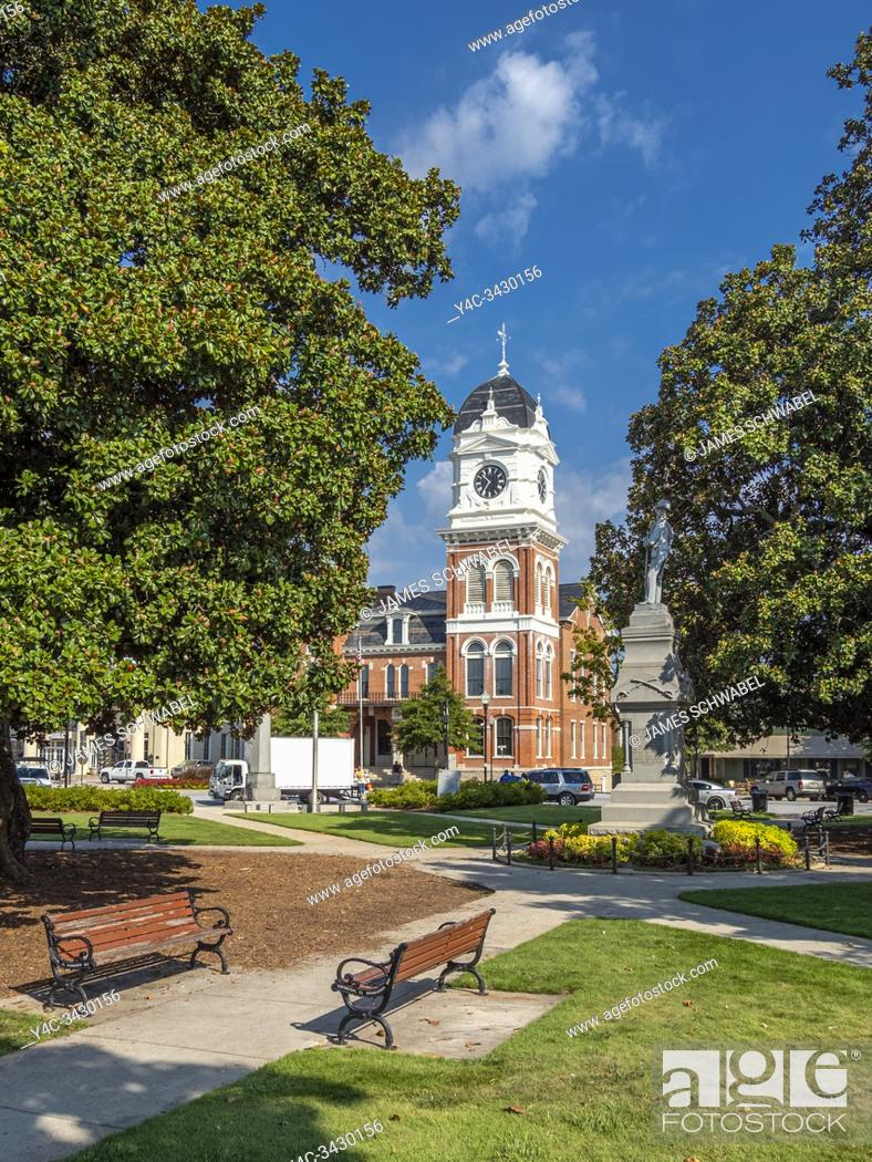 Imagen: Newton County Courthouse in historic downtown Covington Georgia in the United States.
