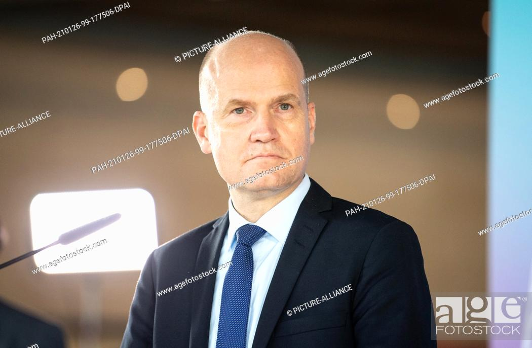 Imagen: 26 January 2021, Berlin: Ralph Brinkhaus (CDU), Chairman of the CDU/CSU parliamentary group in the Bundestag, looks around during the press statement at the.