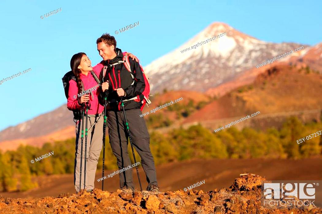 Imagen: Healthy active lifestyle. Hiker people hiking in beautiful mountain nature landscape. Woman and man hikers laughing resting taking break during hike on volcano.