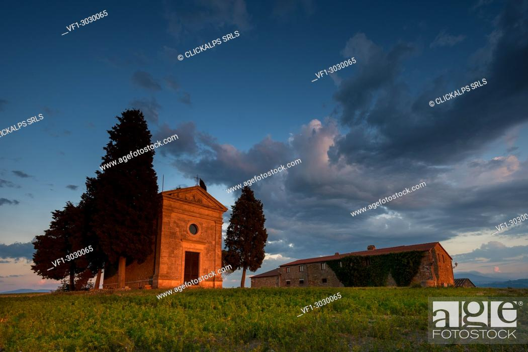 Imagen: Church Vitaleta at sunset, Orcia Valley, Siena district, Tuscany, Italy.