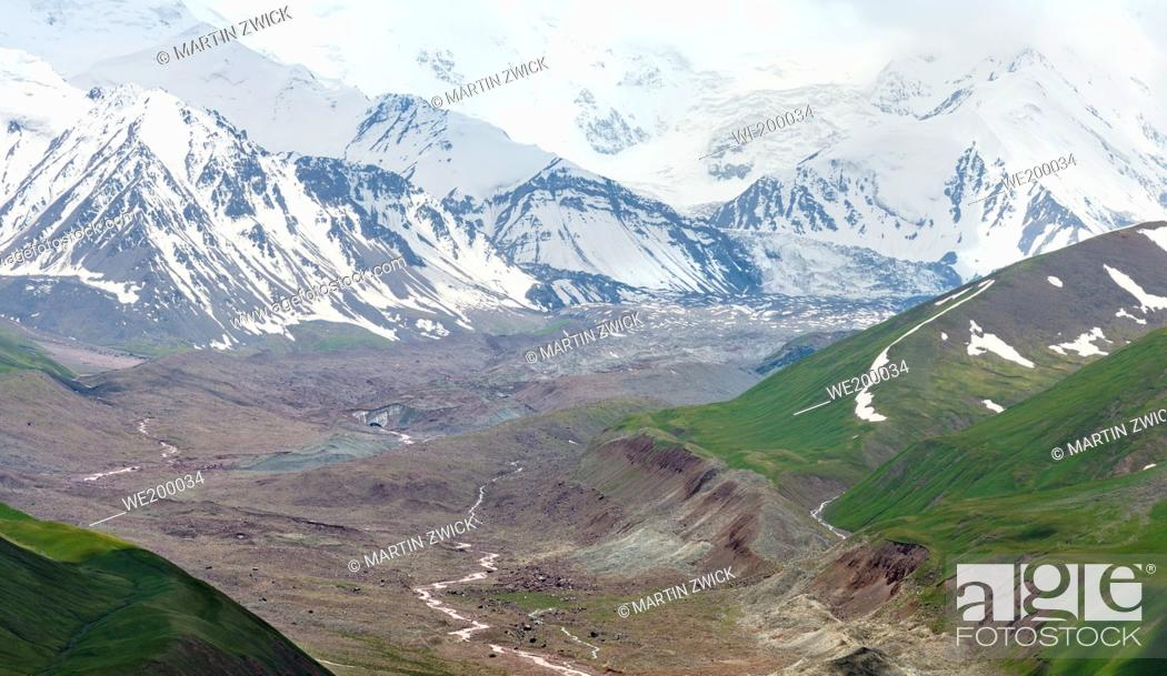Photo de stock: The peaks of Pik Kurumdy (6614m) at the border triangle of Kyrgyzstan, China and Tadjikistan. The Alaj valley in the Pamir Mountains, Asia, Central Asia.