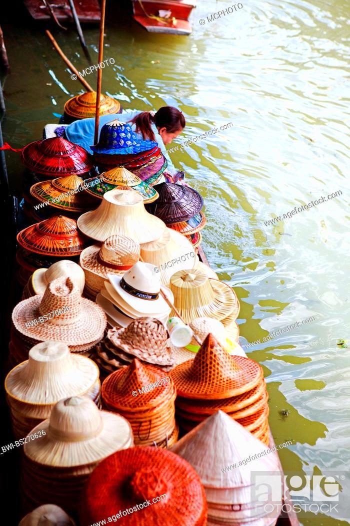 Photo de stock: boat with hats at traditional Damnoen Saduak Floating Market , Thailand, Bangkok.
