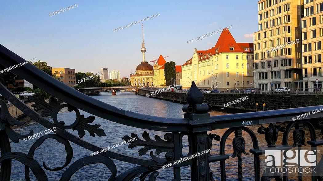 Imagen: The Spree river from the Weindendammer bridge at Friedrichstrasse. Sunset. Berlin. Germany.