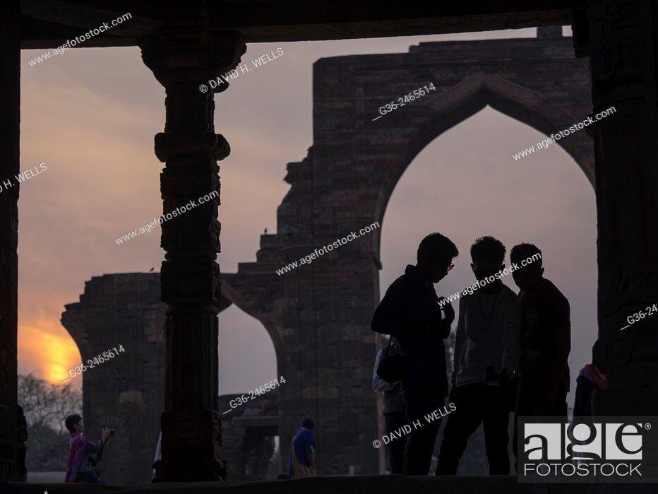 Photo de stock: Silhouette of girls at Qutub Minar, New Delhi, India.
