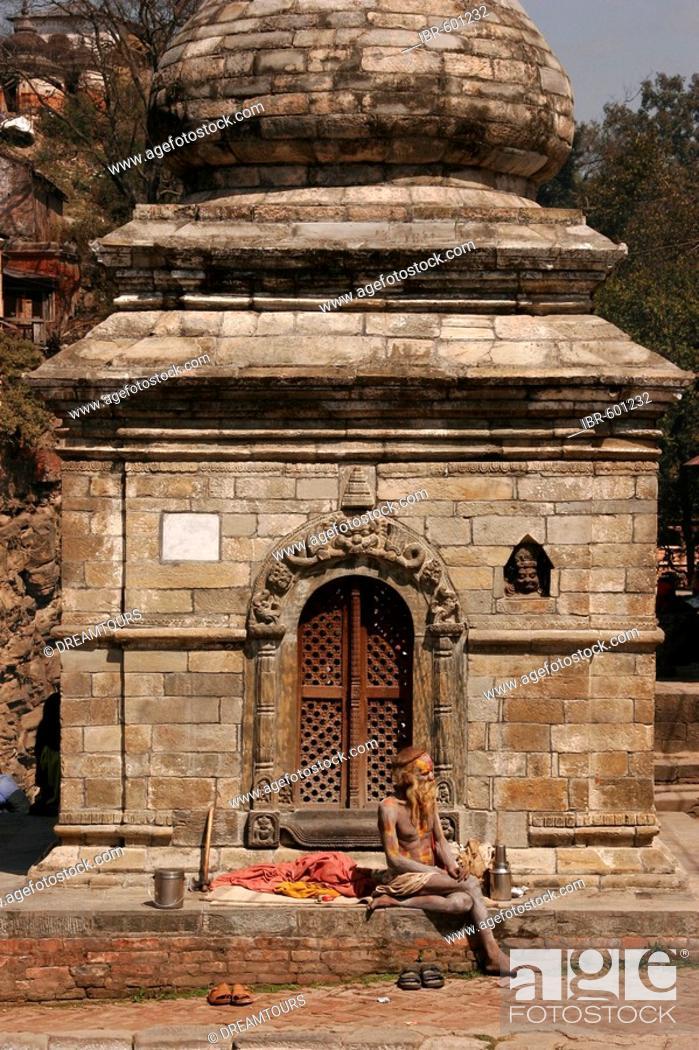 Imagen: Sadhu sitting in front of Shiva Temple, Pashupatinath, Kathmandu, Nepal, Asia.