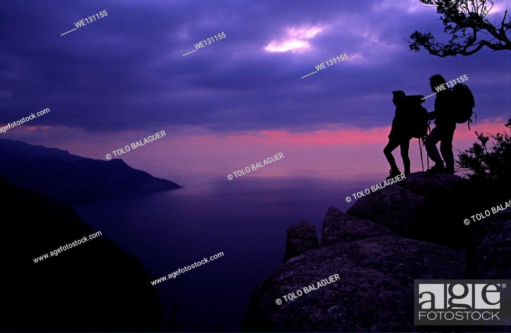 Imagen: Hikers over Valldemossa. Serra de Tramuntana, Majorca, Balearic Islands, Spain.