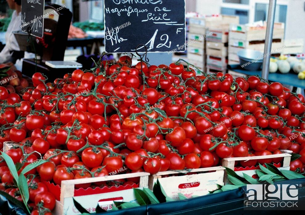 Imagen: Tomatoes in Versailles local market, France.