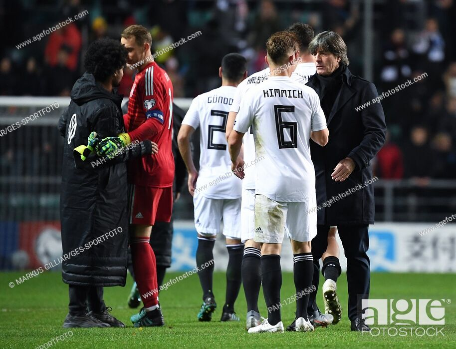 Imagen: Coach / Bundescoach Joachim Jogi Loew (Germany) and Joshua Kimmich (Germany) after the game. GES / Soccer / EURO Qualification: Estonia - Germany, 13.
