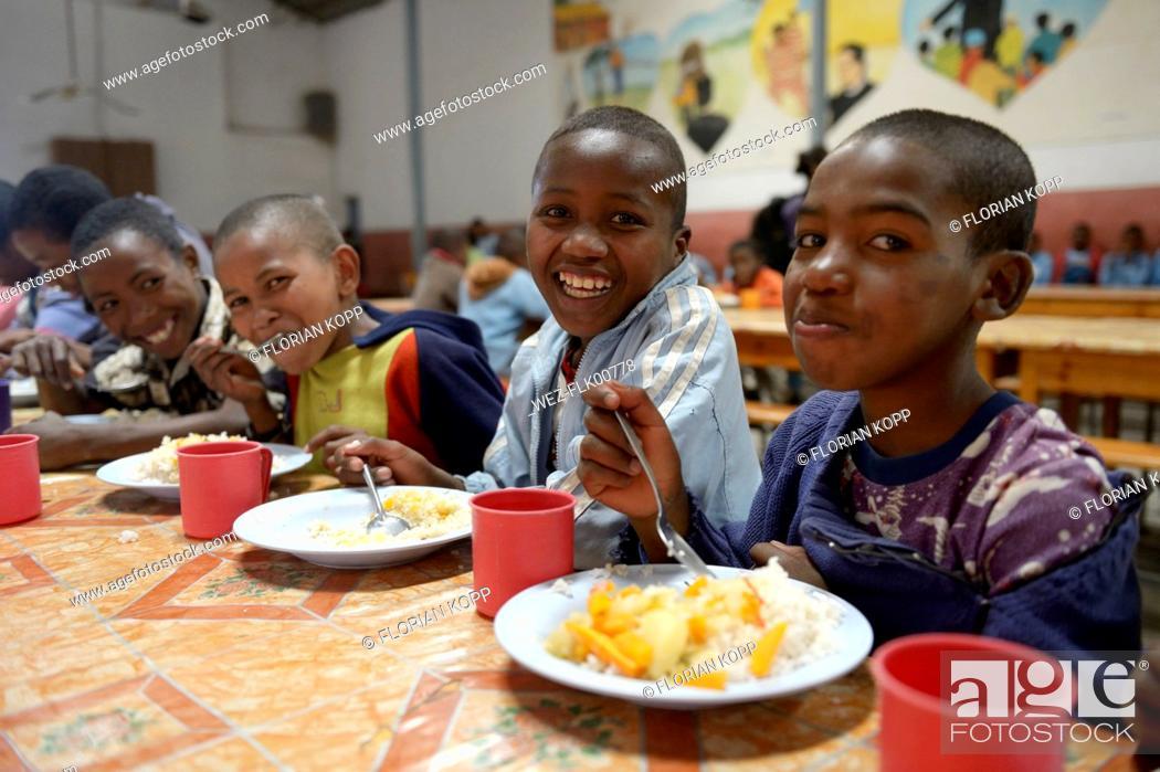 Imagen: Madagaskar, Fianarantsoa, Pupils having lunch at the school refectory.
