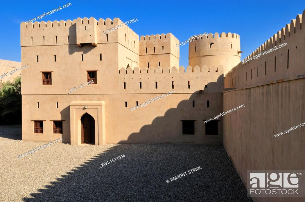Imagen: historic adobe fortification Ibri Fort or Castle, Hajar al Gharbi Mountains, Al Dhahirah Region, Sultanate of Oman, Arabia, Middle East.