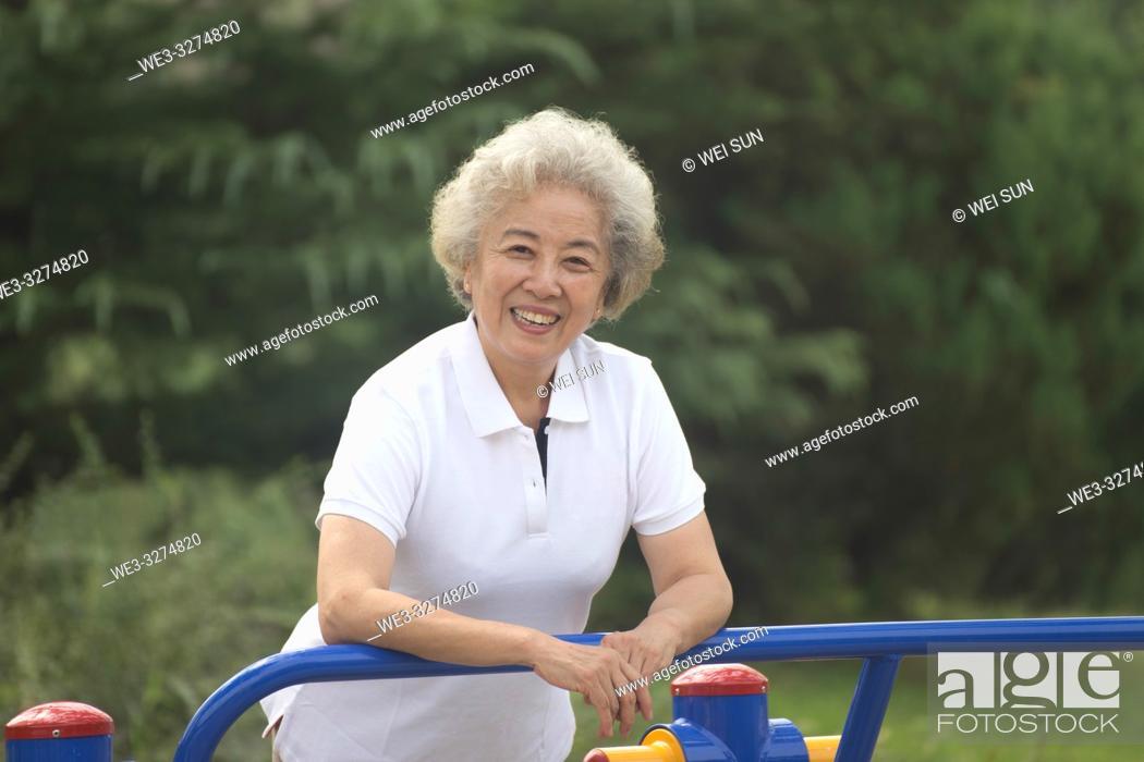 Imagen: Elderly woman outdoors, healthy life.