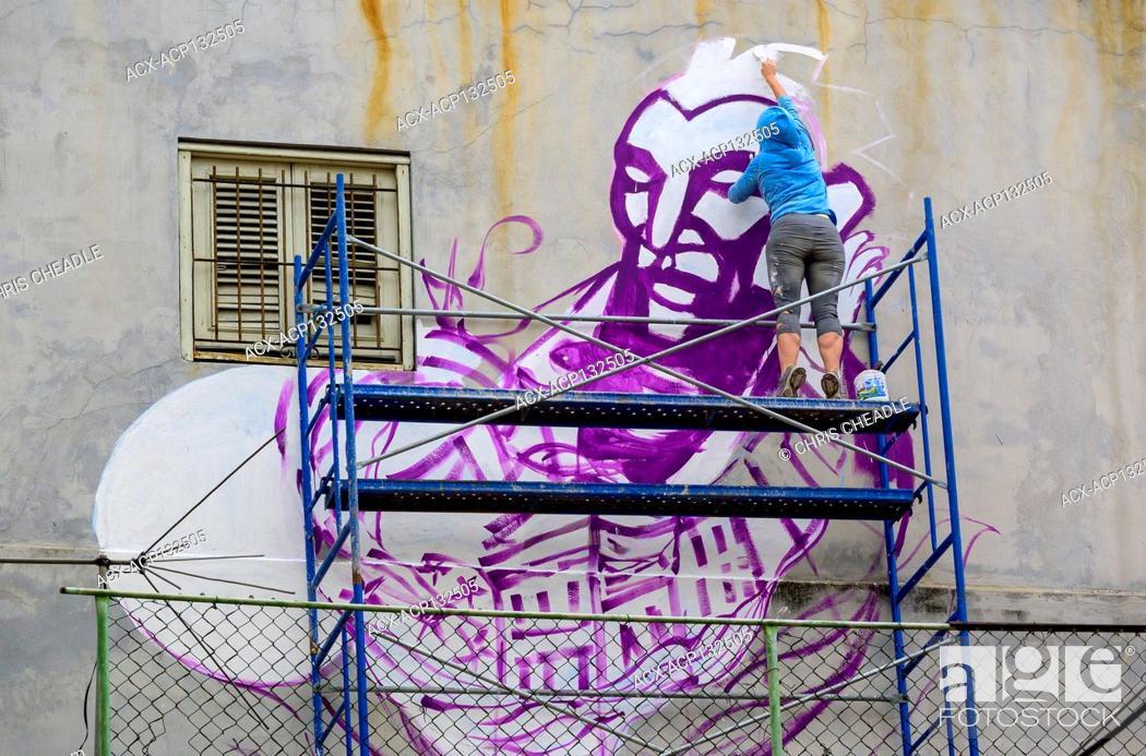 Imagen: Painting a mural, Callejon de los Pelequros, Havana Vieja, Cuba.