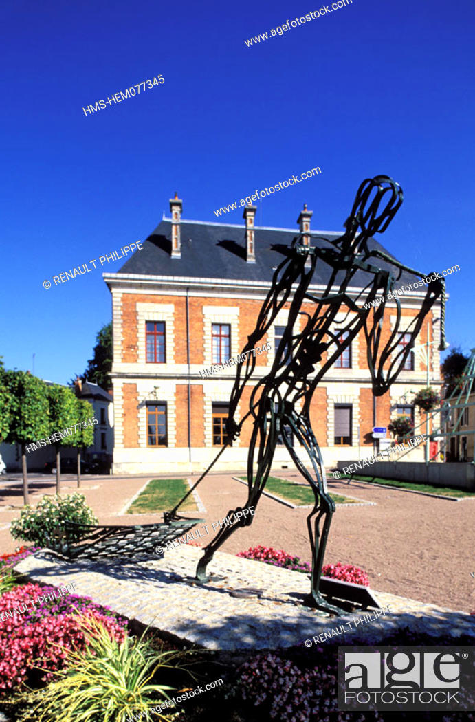 Stock Photo: France, Nièvre (58), Cosne-on-Loire, Bargeman drawing his boat, sculpture of JJ Bourgeois based on the work of sculptor Van Nieuwenberg.