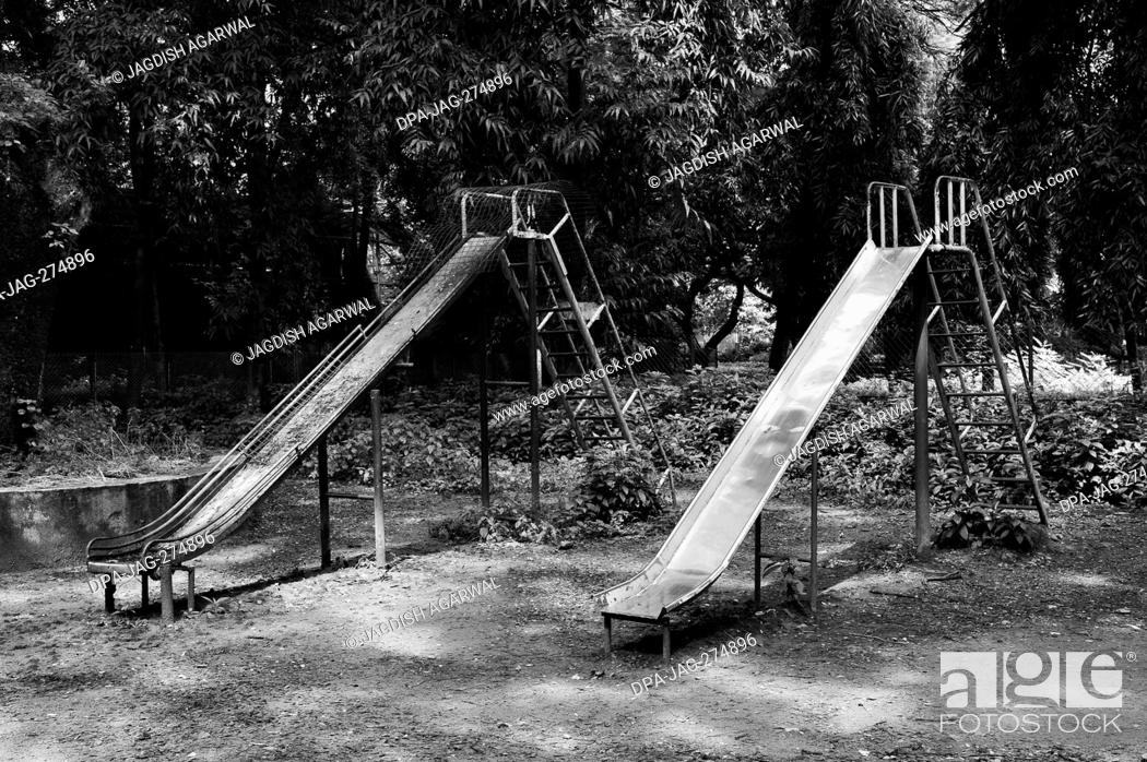 Imagen: Two empty Slides, Veermata Jijabai Bhosale Udyan, Byculla Zoo, Mumbai, Maharashtra, India, Asia.