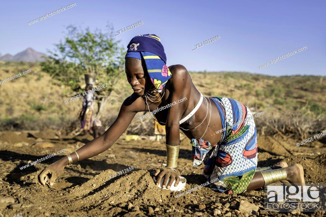 Imagen: Mucubale women working in the field collecting sheep dung to use it as fertiliser.