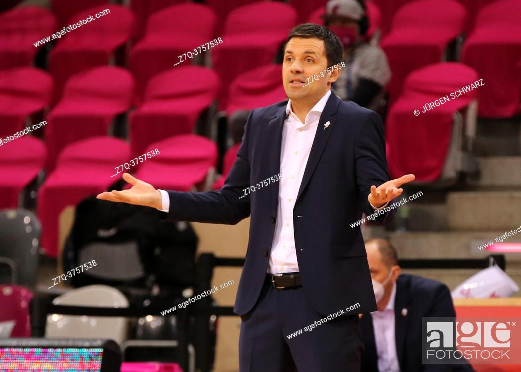 Stock Photo: Bonn, Germany, 23. 12. 2020, Telekom Dome, Basketball Bundesliga, Telekom Baskets Bonn vs Jobstairs Giessen 46ers: Headcoach Igor Jovovic (Bonn) gestures.