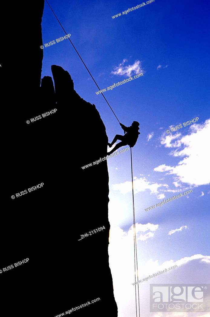 Imagen: Silhouetted climber rappelling from the summit of Eichorn Pinnacle, Yosemite National Park, California USA.