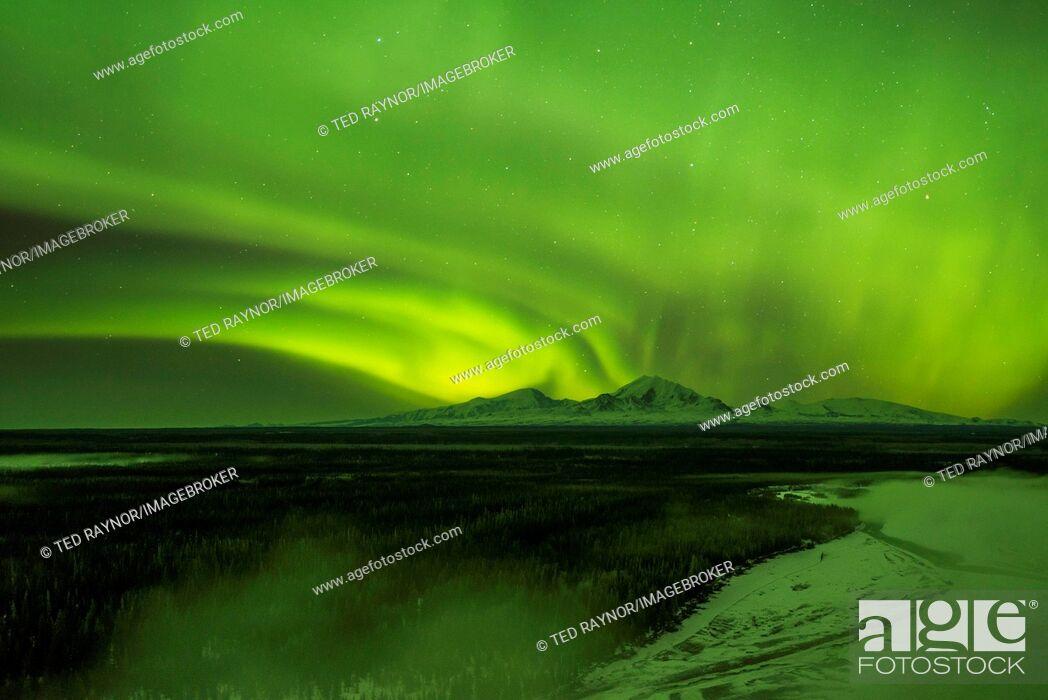 Imagen: Aurora over the fog shrouded Copper River and mounts Sanford Drum and Wrangell, Wrangell Mountains, Alaska.