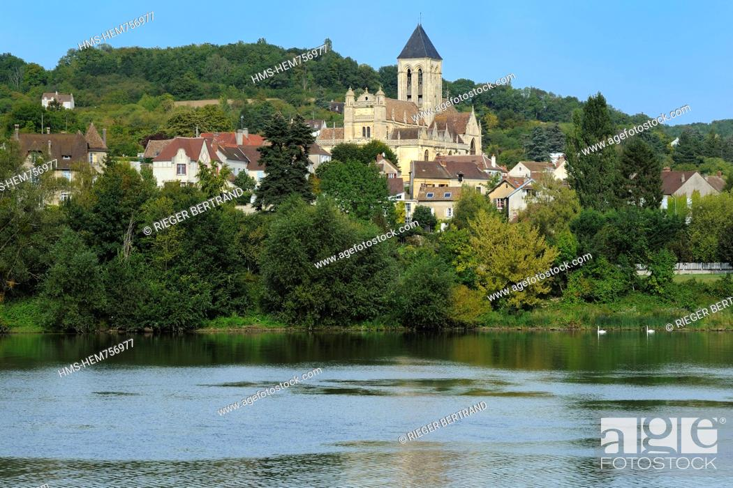 Stock Photo: France, Val-d'Oise, Vetheuil village and its Notre Dame church painted by Claude Monet overlooking the Seine river.