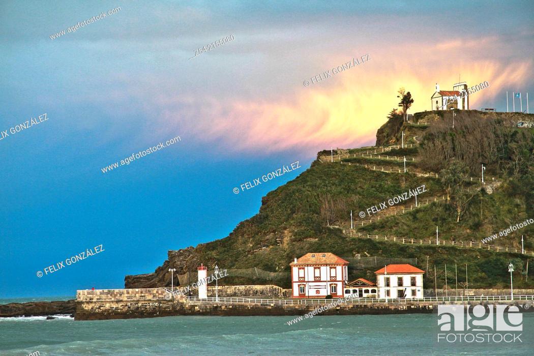 Imagen: Ribadesella harbor entance and La Virgen de la Guia hermitage, Asturias, Spain.