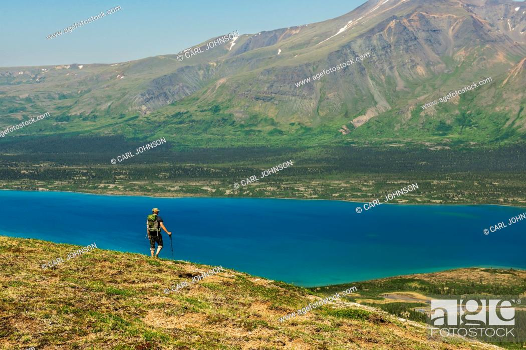 Imagen: A hiker looks out over Twin Lakes from a mountain ridge in Lake Clark National Park & Preserve, Southcentral Alaska, USA.