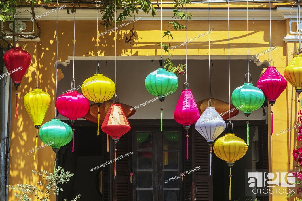 Imagen: Silk lanterns decorating the entrance to a Vietnamese hous, Hoi An, Quang Nam Provence, Vietnam, Asia.