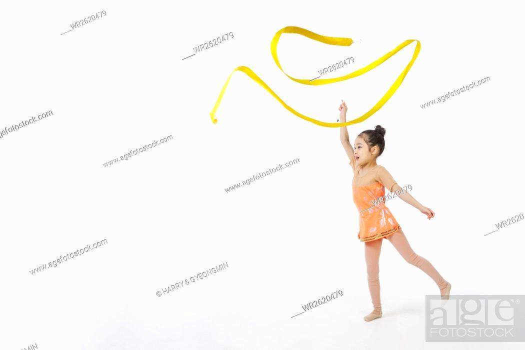 Imagen: Girl practicing rhythmic gymnastics.