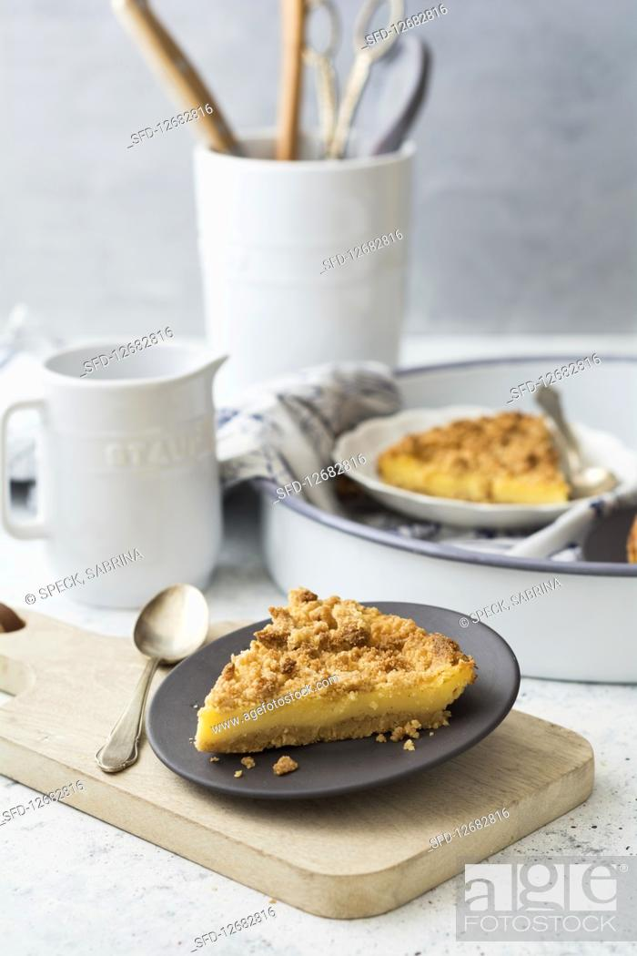 Photo de stock: Pudding tart with crumble dough (low carb).