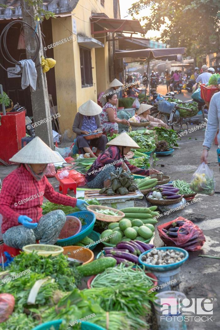 Imagen: street market green vegetables Hoi An Vietnam.