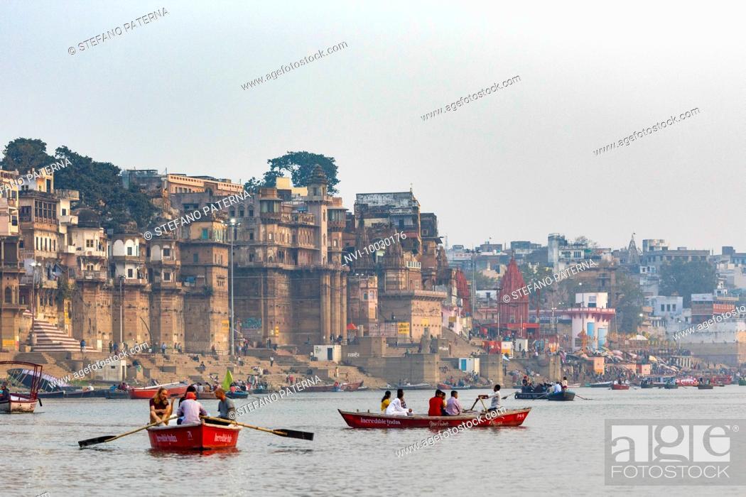 Photo de stock: Boat trip at sunrise on the Ganges, Varanasi, Uttar Pradesh, India.