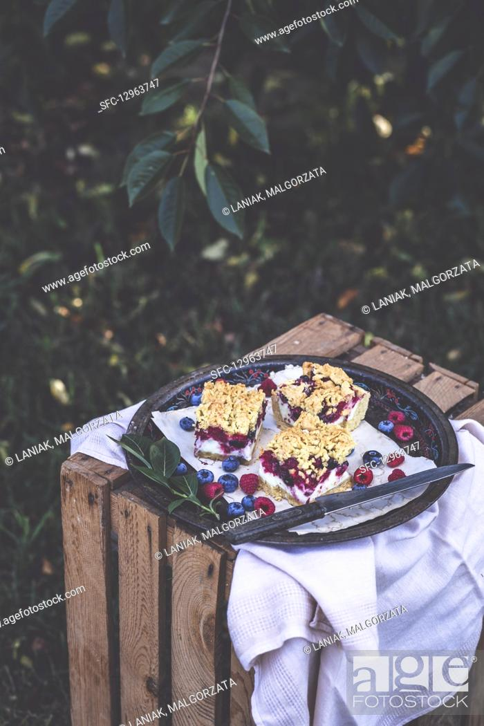 Photo de stock: Summer cake with blueberries and raspberries.