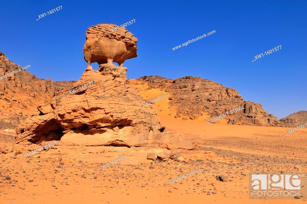 Imagen: rock formation in the shape of a hedgehog, Tadrart, Tassili n' Ajjer National Park, Unesco World Heritage Site, Algeria, Sahara, North Africa.