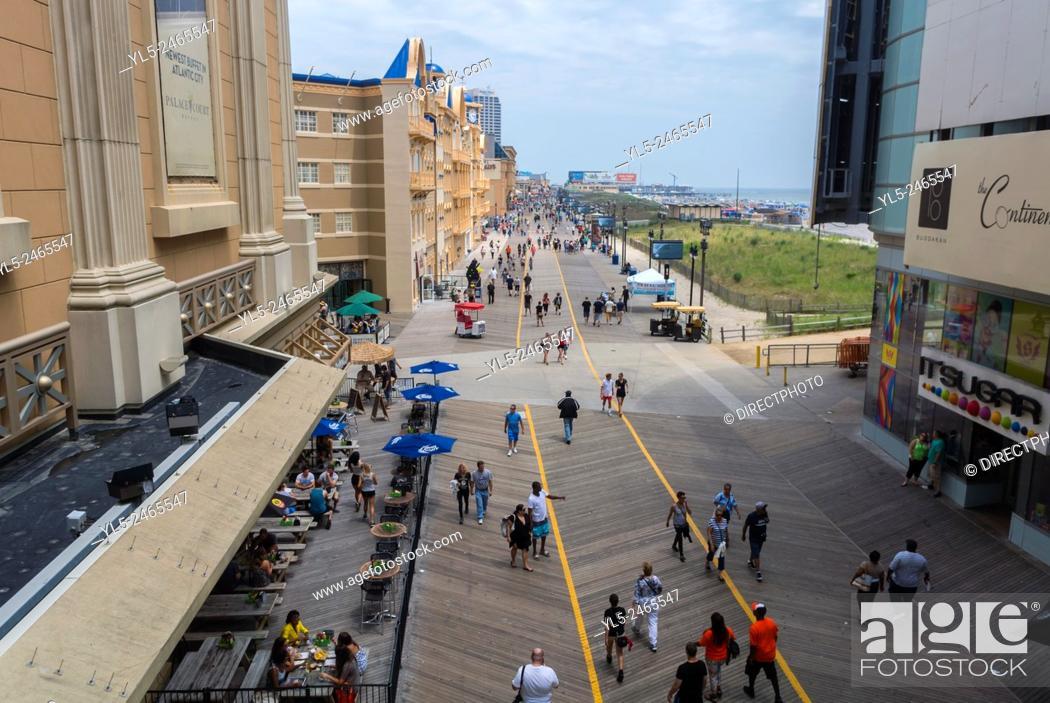 Imagen: Atlantic City, NJ, USA, Street Scenes. High Angle View of Boardwalk, on Atlantic Ocean Beach.