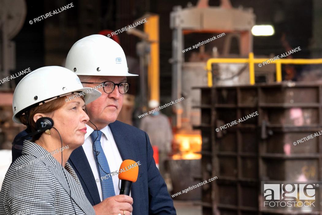 Stock Photo: 28 September 2021, North Rhine-Westphalia, Mülheim an der Ruhr: Federal President Frank-Walter Steinmeier and his wife Elke Büdenbender watch as a crane hook is.