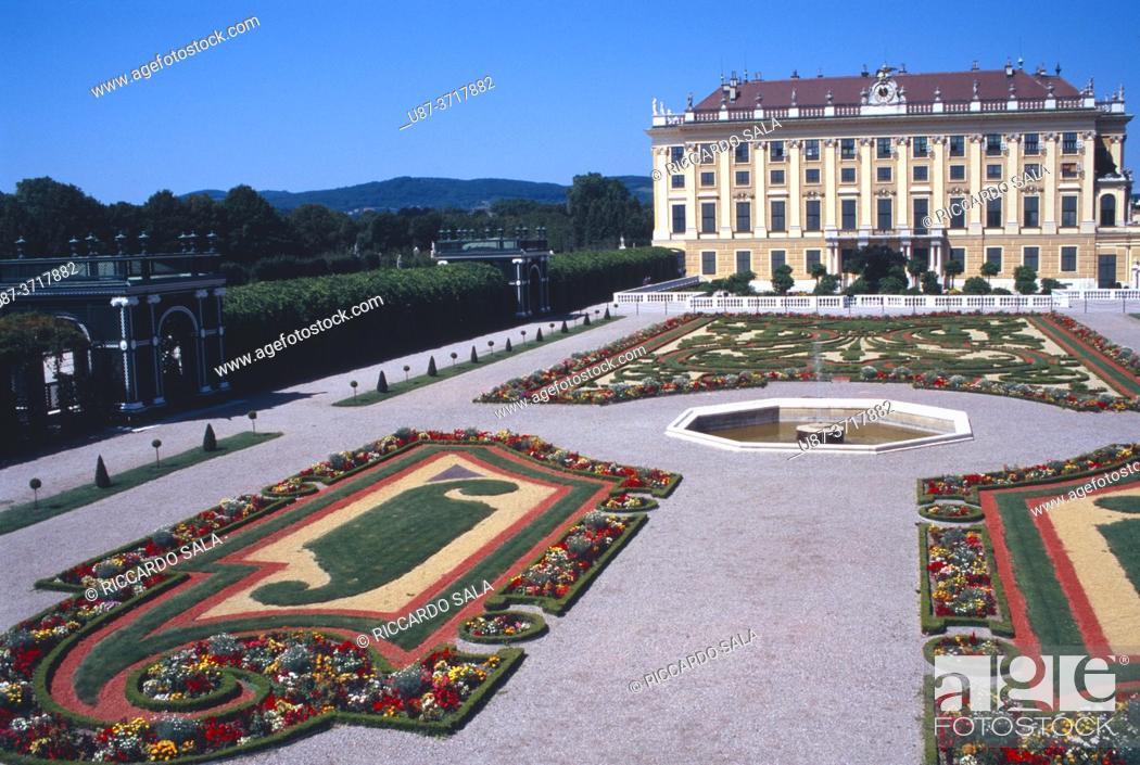 Stock Photo: Austria, Vienna, Schonbrunn Palace, Garden. . .