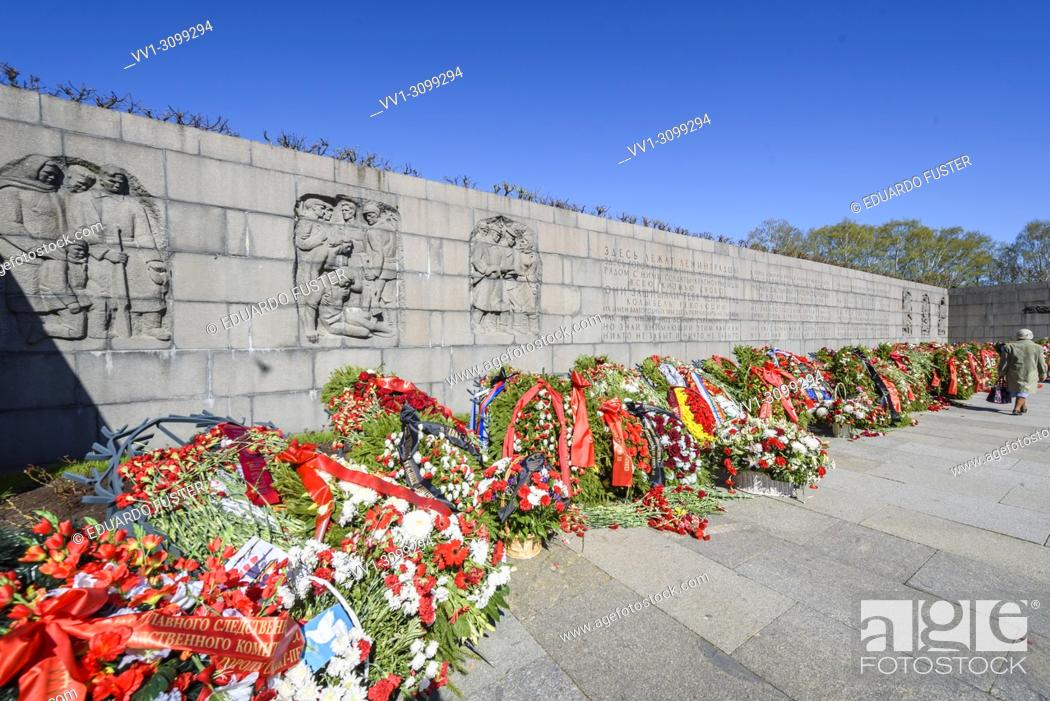 Imagen: People lay flowers to the Mother Motherland Sculpture on Piskaryovskoye Memorial Cemetery on Victory Day of the Great Patriotic War 1941-1945.
