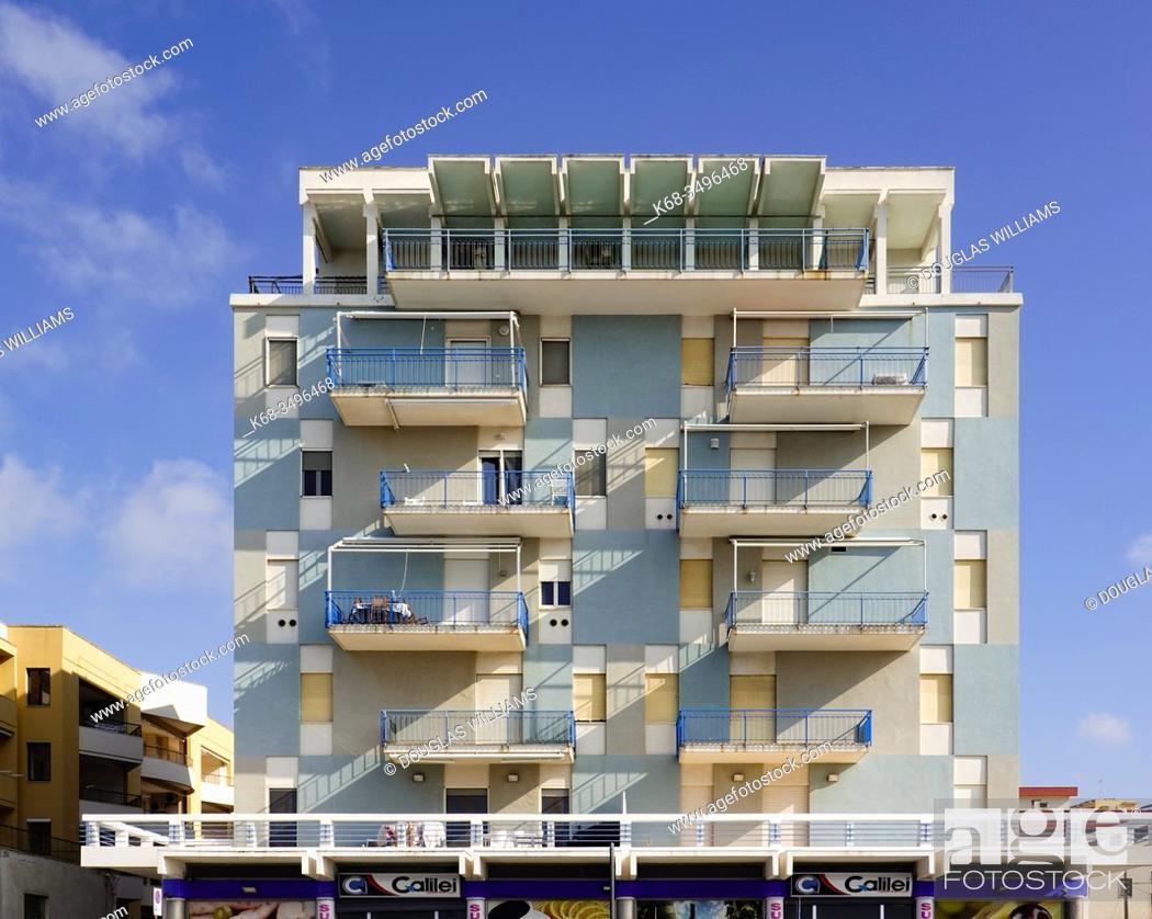 Imagen: apartment building in Gallipoli, Puglia, Italy.