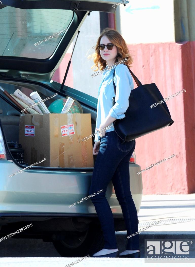Imagen: Emma Stone has her hands full with a box of music and office supplies on the set of 'La La Land,' currently filming in Los Angeles Featuring: Emma Stone Where:.