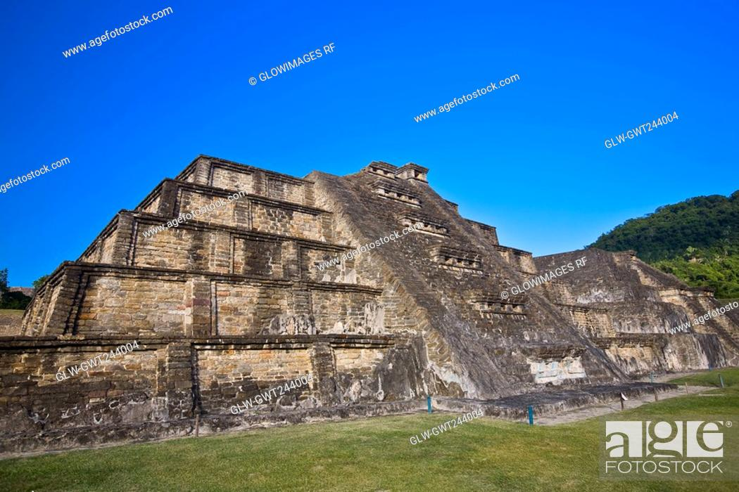 Stock Photo: Old ruins of a building, El Tajin, Veracruz, Mexico.