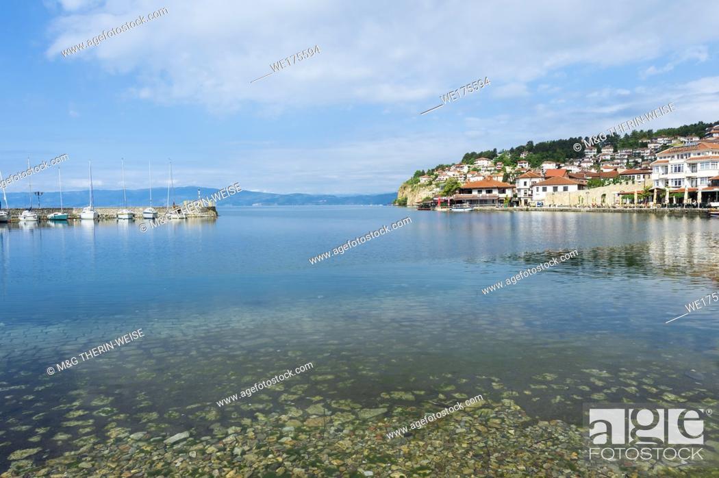 Imagen: Ohrid old city reflecting in the marina, Macedonia.