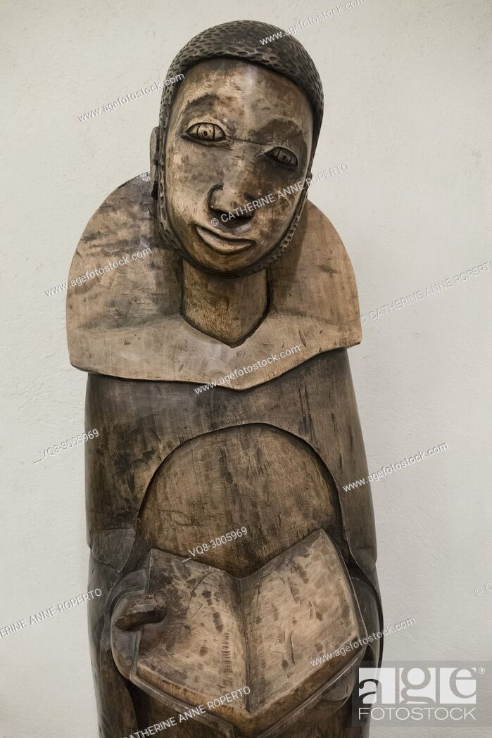 Imagen: Polished wooden carving of African saint holding an open Bible in the crypt chapel of St Martin-in-the-Fields, Trafalgar Square, London, England.