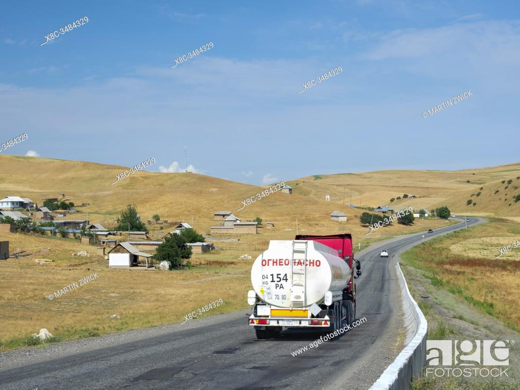 Imagen: Road between Osh and Jalal-Abad (Dzhalal-Abad, Djalal-Abat, Jalalabat) in the Fergana Valley close to the border to Uzbekistan.
