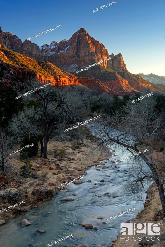 Imagen: Alpenglo on the Watchman mountain with the Virgin River, Zion National Park, Utah, USA.