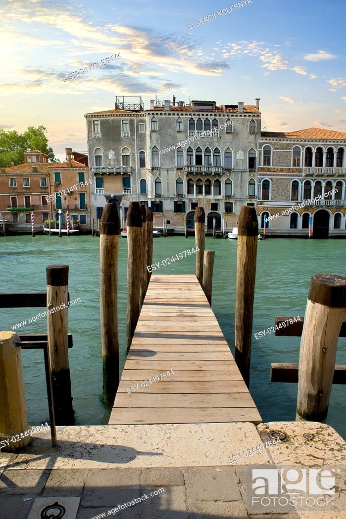 Imagen: Small wooden jetty on Grand Canal in Venice.