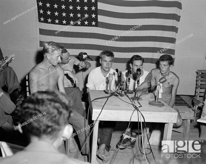 Imagen: American POWs released during 'Operation Big Switch' being interviewed by the press. They display their camp mascot 'Oscar' a pet magpie at 'Freedom Village'.