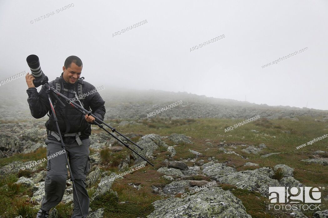 Imagen: Man With The Camera On The Summit Of Mount Washington During Heavy Cloud Coverage.