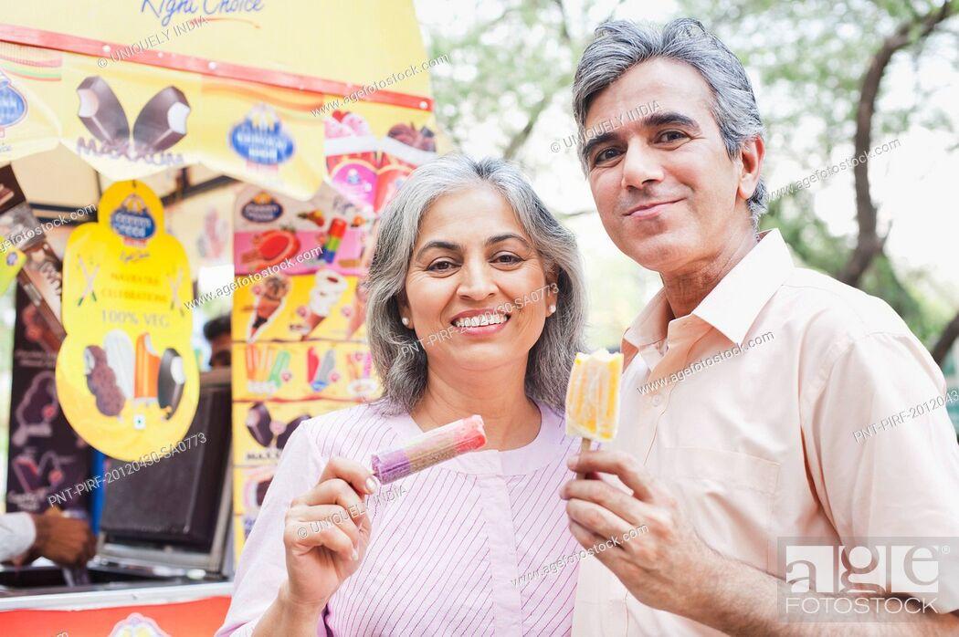 Imagen: Mature couple eating ice cream candies, Lodi Gardens, New Delhi, India.