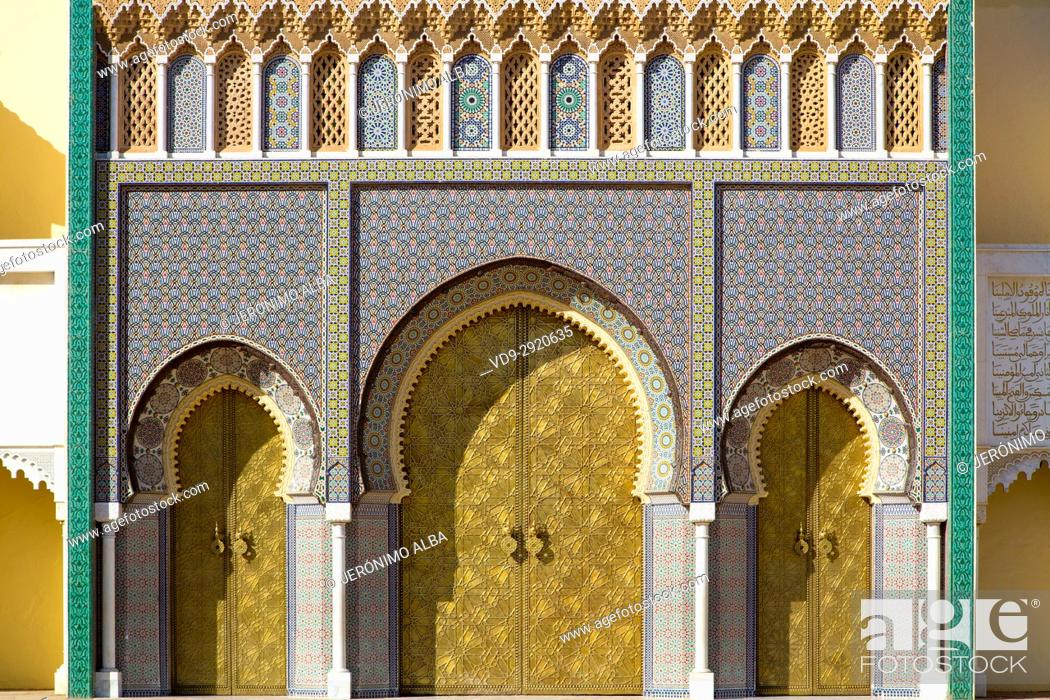 Imagen: Dar El Makhzen Royal Palace from Place des Alaouites with brass doors, modern city of Fez, Fes el Bali. Morocco, Maghreb North Africa.