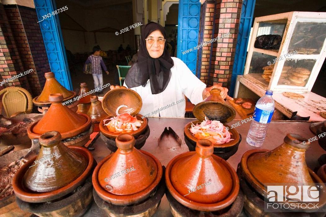 Imagen: Woman cooking in tajine pots, Guezoula near Safi, Morocco.