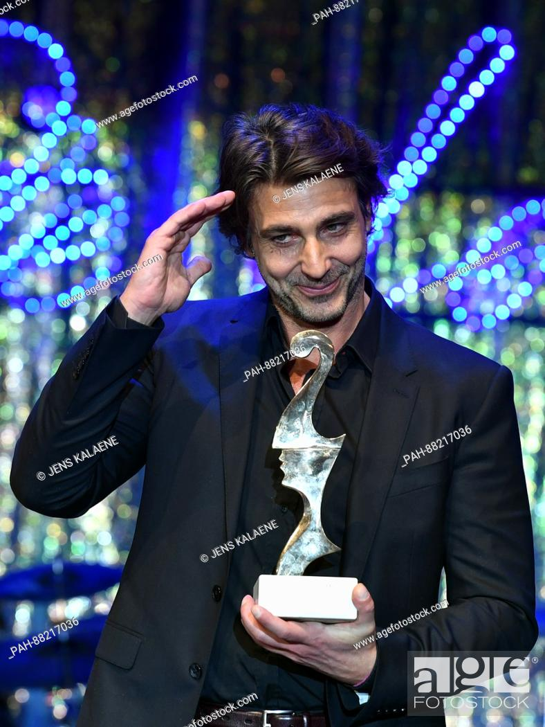 Imagen: Italian actor Daniele Liotti poses with his award at the Italian film ball 'Notte delle Stelle' held during the 67th International Berlin Film Festival.